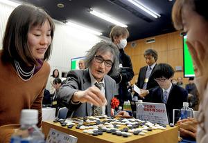 プロ棋士ペア碁選手権で3連勝して5日に行われる決勝に進出。「まだ強くなれる」。過去を振り返らず、さらなる高みをめざす=2月12日、東京・市ケ谷の日本棋院、門間新弥撮影