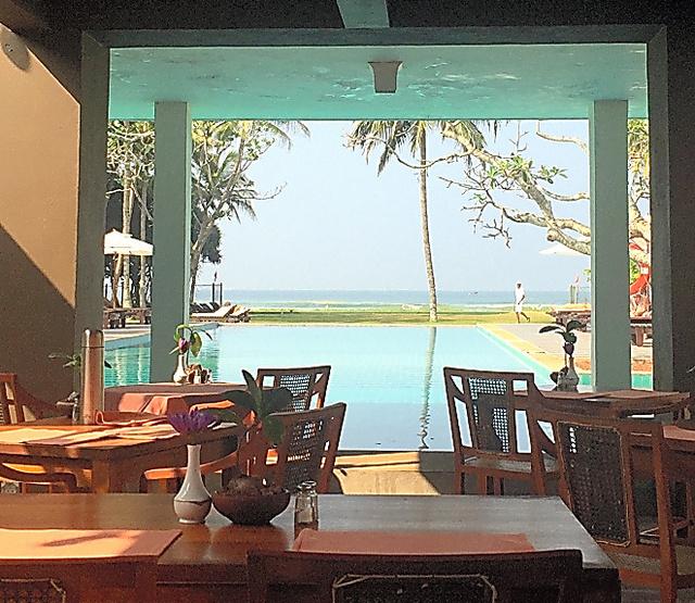 毎日食事をしたホテルのレストラン。プールの向こうに海が見えます