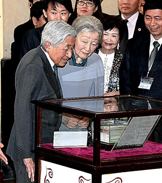 寄贈したハゼの標本を見る天皇、皇后両陛下=いずれも2日午後、ハノイの自然科学大学生物学博物館、代表撮影