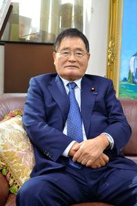 インタビューに応じる亀井静香元金融・郵政改革担当相=都内の亀井氏事務所で