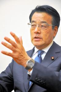 インタビューに応じる民進党の岡田克也前代表=国会内、中崎太郎撮影