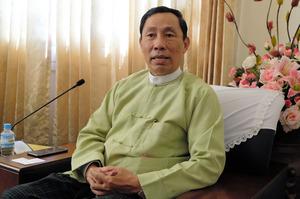 ミャンマーの首都ネピドーの国会内でインタビューに応じるシュエマン氏=五十嵐誠撮影