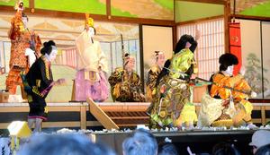 大鹿歌舞伎の独自演目「六千両後日文章 重忠館の段」のフィナーレ=2011年10月、大鹿村