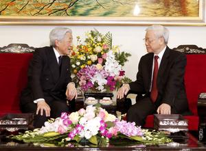 ベトナムのグエン・フー・チョン共産党書記長(右)と会見する天皇陛下=3日午前、ハノイ、代表撮影