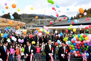 テープカットの際には地元の子どもたちや店主らが風船を空に放った=いずれも南三陸町志津川、福留庸友撮影
