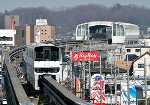 多摩都市モノレールと上北台駅。奥には狭山丘陵が見える=東京都東大和市、金居達朗撮影