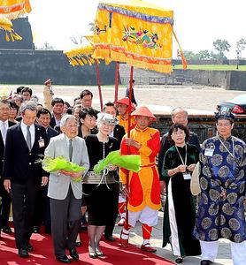 王宮に到着した天皇、皇后両陛下=4日午前10時9分、ベトナム・フエ、嶋田達也撮影