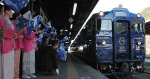 観光関係者らの歓迎を受けながら入線する「かわせみ やませみ」=人吉市のJR人吉駅