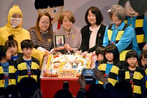 水木さんの生誕を特大ケーキで祝う妻・武良布枝さん(後列中央)ら=境港市中野町