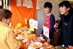 新鮮なかんきつ類を買い求める客=鹿児島市中央町