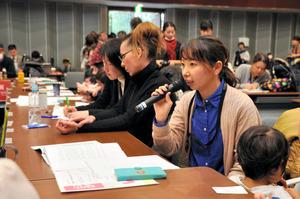 認可保育所の1次選考で落ちた母親らが国会内で開いた集会。「もう仕事を辞めるしかない」「待機児童問題は20年前からあるのに、なぜ解決しないのか」などと訴えた=2月24日、東京・永田町の衆議院議員会館