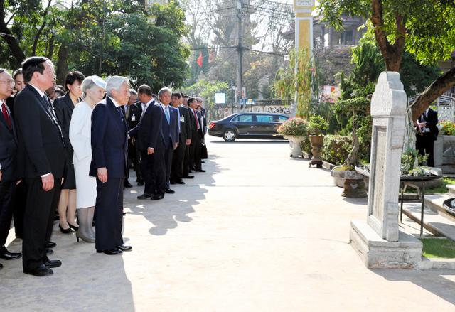 ファン・ボイ・チャウの記念館を訪れ、慰霊碑前で説明を受ける天皇、皇后両陛下=4日午後3時32分、ベトナム・フエ、代表撮影