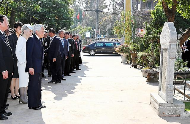 ファン・ボイ・チャウの記念館を訪れ、慰霊碑前で説明を受ける天皇、皇后両陛下=4日、ベトナム・フエ、代表撮影