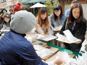 午前11時の店開き前に列をつくった客たちがバラ酵母パンを買い求めた=福山市今町