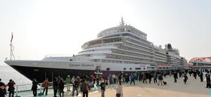 2014年に日本に寄港した客船クイーン・エリザベス=神戸市の神戸港