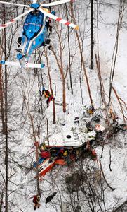 墜落した防災ヘリの事故現場=5日午後5時14分、長野県の鉢伏山付近、朝日新聞社ヘリから、竹花徹朗撮影