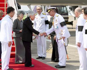 バンコクのドンムアン空港に到着し、関係者の出迎えを受ける天皇、皇后両陛下=5日午後1時52分、代表撮影
