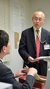 上司に業務報告をするコープみらいの嶋田淳さん=東京都中野区
