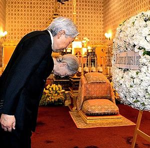 タイのプミポン前国王の祭壇に拝礼、供花する天皇、皇后両陛下=5日午後、バンコクの王宮、代表撮影