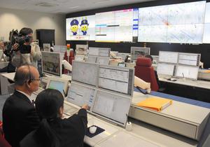 新たに整備された消防指令システム。職員が大型モニターで現場の情報を共有しながら、素早い対応ができるという=栗東市の湖南広域消防局