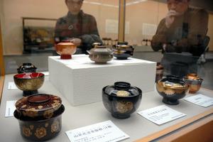 沈金や蒔絵の繊細な装飾が施された作品が並ぶ=金沢市出羽町の県立美術館