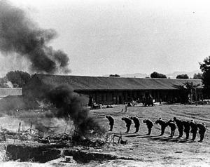 戦死者に別れを告げる日本兵=1937年10月、中国・山西省