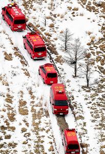 防災ヘリの墜落現場近くには多くの消防の関係車両が集まっていた=6日午前、長野県の鉢伏山付近、本社ヘリから、竹花徹朗撮影
