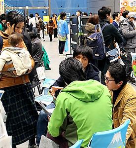 移住交流フェアで自治体が設けた相談コーナーには、若い移住希望者が多く訪れる=2月、東京都千代田区