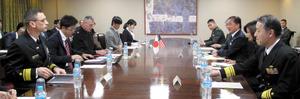 意見を交わすカーター在日米海軍司令官(左端)、パスカレット在日米陸軍司令官(左から3人目)、黒岩知事、陸海の自衛隊と防衛省の幹部=県庁