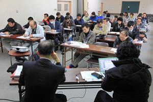 有人国境離島法の制度の概要について説明を聞く参加者たち=屋久島町