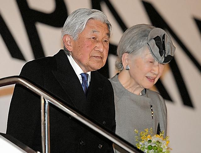 帰国した天皇、皇后両陛下=6日午後7時49分、羽田空港