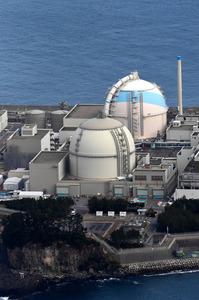 九州電力玄海原発の3号機(奥)と4号機(手前)=佐賀県玄海町、朝日新聞社ヘリから