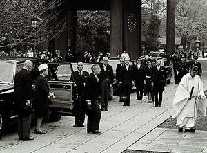 靖国神社に着いた昭和天皇。これが最後の参拝となった=1975年11月21日、東京都千代田区