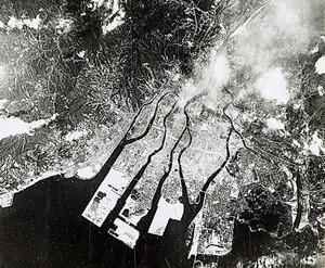 原爆投下翌日の1945年8月7日、広島の爆心地周辺の空撮画像。火災とみられる煙も見える