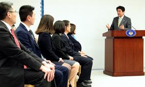 在米日系人リーダーらの表敬訪問を受け、あいさつする安倍晋三首相(右端)=7日午後、首相官邸、岩下毅撮影