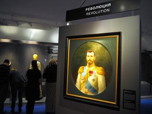 ロシア最後の皇帝ニコライ2世(肖像画)を退位に追い込んだ二月革命についての展示会がモスクワ市内で開かれている=5日、駒木明義撮影