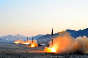 朝鮮人民軍戦略軍火星砲兵部隊の弾道ミサイル発射訓練で発射される4基のミサイル。朝鮮中央通信が7日報じた=朝鮮通信