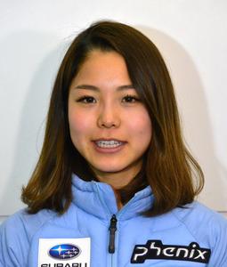 出発前に羽田空港で取材に応じる高梨沙羅