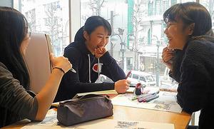11日のイベントの打ち合わせをする女子高生と女子大生=東京都渋谷区