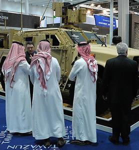アラブ首長国連邦のアブダビで開かれた防衛装備品の国際見本市。サウジ関係者の姿が多く見られた=2月19日、渡辺淳基撮影