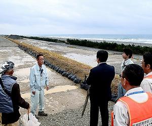 浜松市の防潮堤工事現場の見学会には毎回、多くの市民が集まる