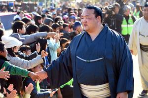 田子ノ浦部屋宿舎の近くに住む大勢の住民が交流会に駆けつけ、稀勢の里に声援を送った=4日午後、大阪市港区の築港小学校、小林一茂撮影