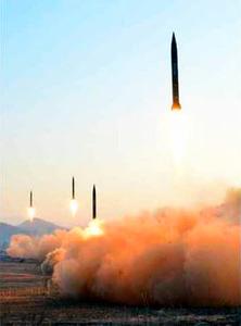 7日付の朝鮮労働党機関紙「労働新聞」(電子版)1面に掲載された写真。朝鮮人民軍戦略軍火星砲兵部隊が発射した弾道ミサイルだとしている