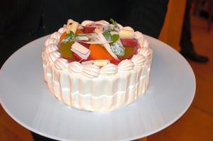のみ込みやすく加工された嚥下ケーキ「フェリシテ」。見た目も味も、通常のケーキと何ら変わらない=横浜市港北区のHANZOYA