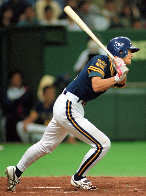 1997年、オリックスで「がんばろうKOBE」のメッセージを肩につけプレーするイチロー選手