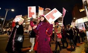 国際女性デーにあわせ開かれた「ウィメンズ・マーチ東京」でデモ行進する女性たち=8日午後6時11分、東京都渋谷区、遠藤啓生撮影