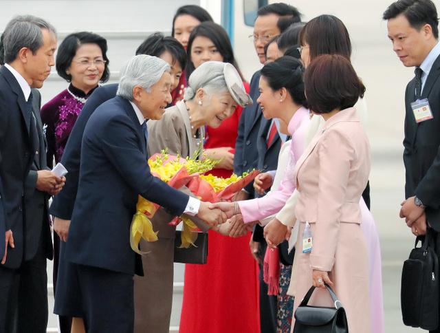 ベトナムのノイバイ国際空港に到着し、政府関係者らの出迎えを受ける天皇、皇后両陛下=2月28日午後、ハノイ、代表撮影