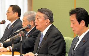 全体会議の後、会見する衆院の大島理森議長(中央)ら=時津剛撮影