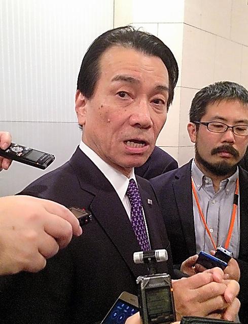1月の業界団体の会合後に、報道陣の取材に応じる東芝の志賀重範会長(当時)。巨額損失の責任を取って翌月辞任した=東京都港区