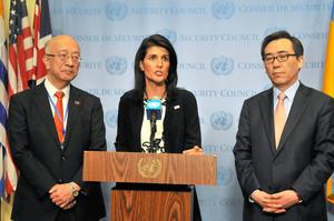 北朝鮮の弾道ミサイル発射を受けた安全保障理事会の緊急会合後、会見する米国のニッキー・ヘイリー(中央)、日本の別所浩郎(左)、韓国の趙兌烈(チョ・テヨル)各国連大使=8日、米ニューヨークの国連本部、金成隆一撮影